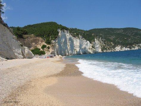 Spiaggia di Cala Molinella, Vieste, Gargano, Puglia. Around family, guida ai viaggi per le famiglie con bambini