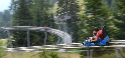 Scendere da una montagna con il bob su rotaia: 10 migliori bob estivi, classifica di Around Family: Alpine Coaster a Gardoné, Val di Fiemme, Trentino.