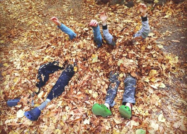 giocare con le foglie d'autunno alla casa di scorta, bergamo