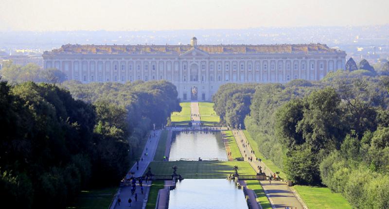 Il palazzo è il fulcro del complesso monumentale della reggia di caserta,. La Reggia Di Caserta Con I Bambini Tra Borghi Antichi Acquedotti Boschi E Musei Around Family Blog