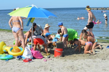 Building sandcastle with Mini Club at Spiaggia e Mare Holiday Park, Italy