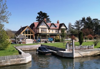 Lucury home with boathouse on the River Thames