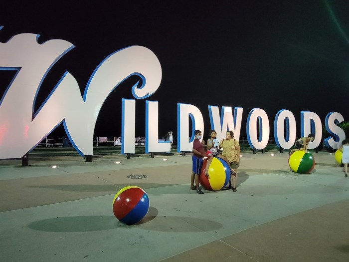 A mom and two children by the Wildwoods sign