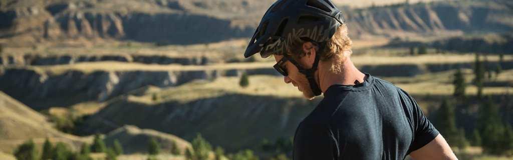 ciclista usando el casco de manera correcta