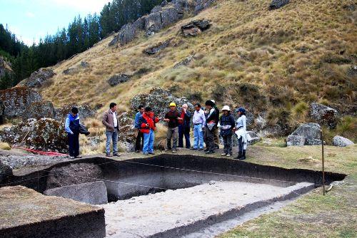Descubren plataforma ceremonial en centro arqueológico Cumbe Mayo en Cajamarca, Perú