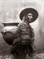 Martin-Chambi-Cargador-de-Chicha-en-Tinta