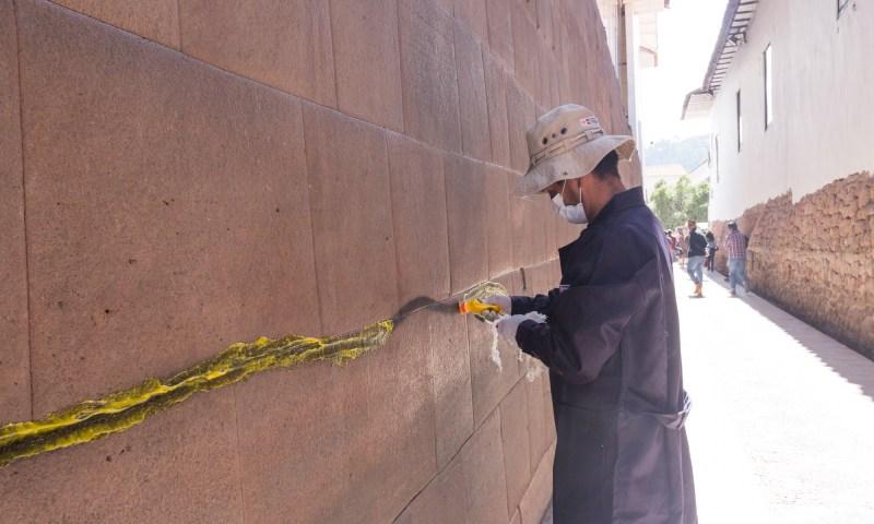 Dirección de Cultura de Cusco realiza limpieza de pinta realizada en muro inca