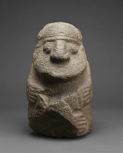 Personaje con tocado Escultura de estilo recuay que representa a un personaje con tocado y un atuendo colgante posterior. MALI