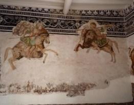 Mural de lo que parece ser la batalla de Farsalia, con Julio César (izquierda) derrotar a Pompeyo (derecha). Restauradores han demostrado el mural en blanco y negro sobre la que se pintó esta escena. Casa de Antonio de Zea, Cusco, siglo 17