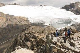 Cambio climático en el glaciar Pastoruri Debido al cambio climático el glaciar Pastoruri ha perdido gran parte del casquete de hielo además de la cueva de hielo de 40 metros que aquí se ubicaba y que hoy es una pequeña laguna.