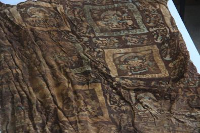 El hallazgo arqueológico de textiles que contienen imágenes de divinidades de la civilización Chimú, que cubrían a los menores que fueron sacrificados colectivamente hace 550 años, constituye un hecho inédito en el Perú, sostuvo el arqueólogo Gabriel Prieto, quien lidera el equipo encargado de esta investigación. ANDINA