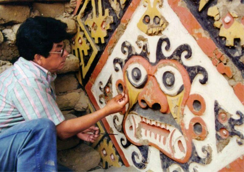 Ricardo Morales Gamarra en el muro de la deidad de las montañas, más conocido como Ai Apaec. Foto: Archivo Ricardo Morales Gamarra.