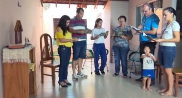 Famílias participantes da Setorização rezando com a Capelinha de Nossa Senhora