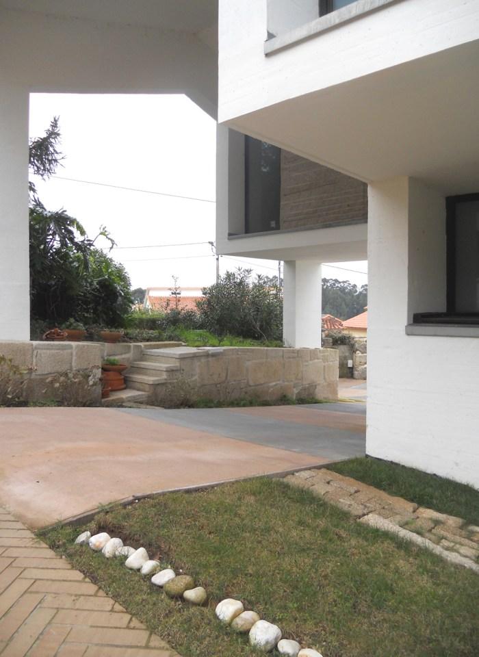 arquitecto-porto-beluso-bueu-patio-cubierto-coches-entrada-proyecto-vivienda
