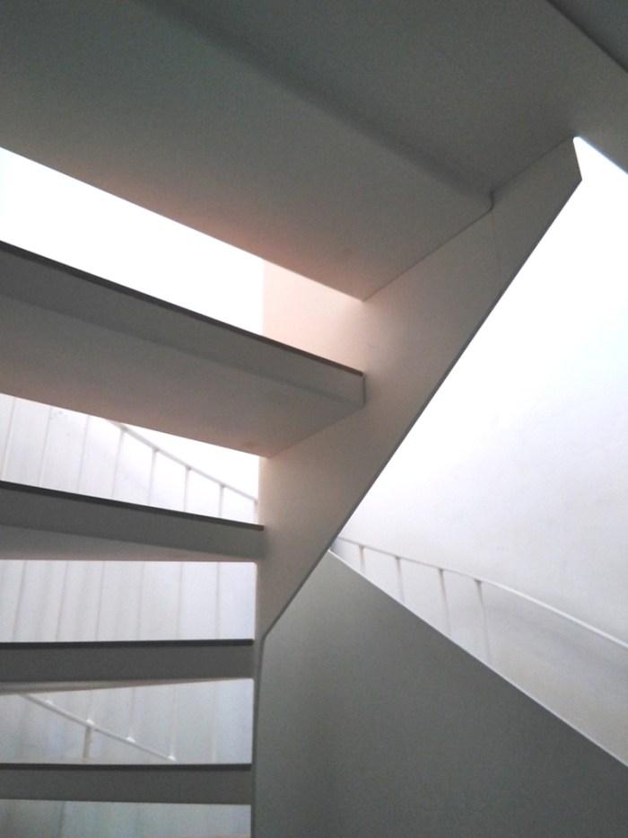 arquitecto-vivienda-turistica-marin-escalera-caracol-blanca-chapa-curras