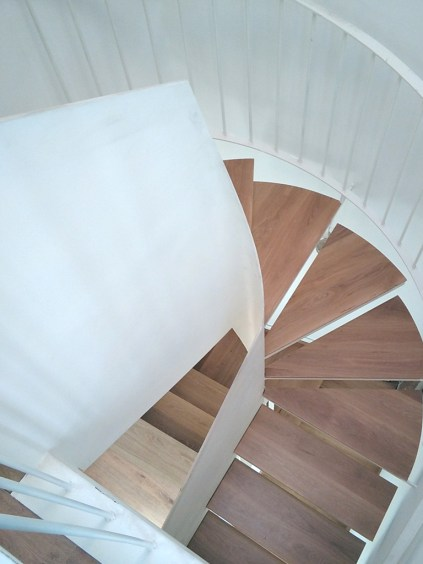 arquitectos-marin-escalera-chapa-barandilla-acero-lacado-madera-curras