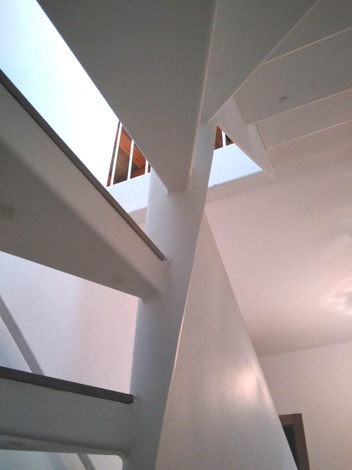 estudio-arquitectura-arquitecto-vivienda-turistica-marin-escalera-chapa-barandilla-acero-lacado-madera-curras