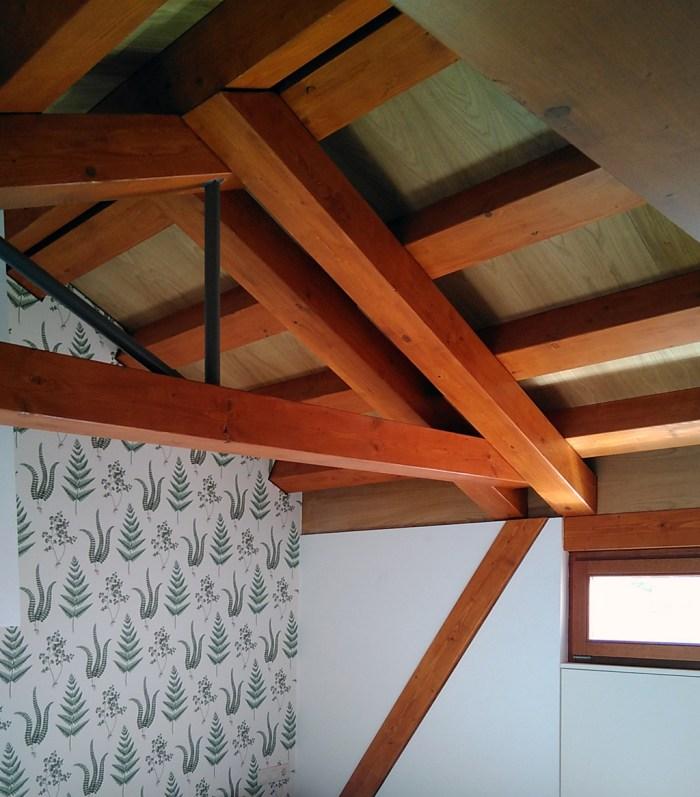 arquitecto-vivienda-marin-campana-claraboya-piso-inferior-cercha-madera-papel-pintado-curras