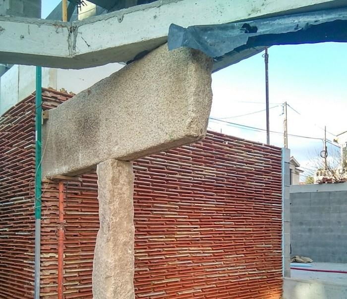 muro-tejar-obra-arquitecto-curras-torres-moana-vigo-teja-apilada-estudio-arquitectura-mensula-piedra