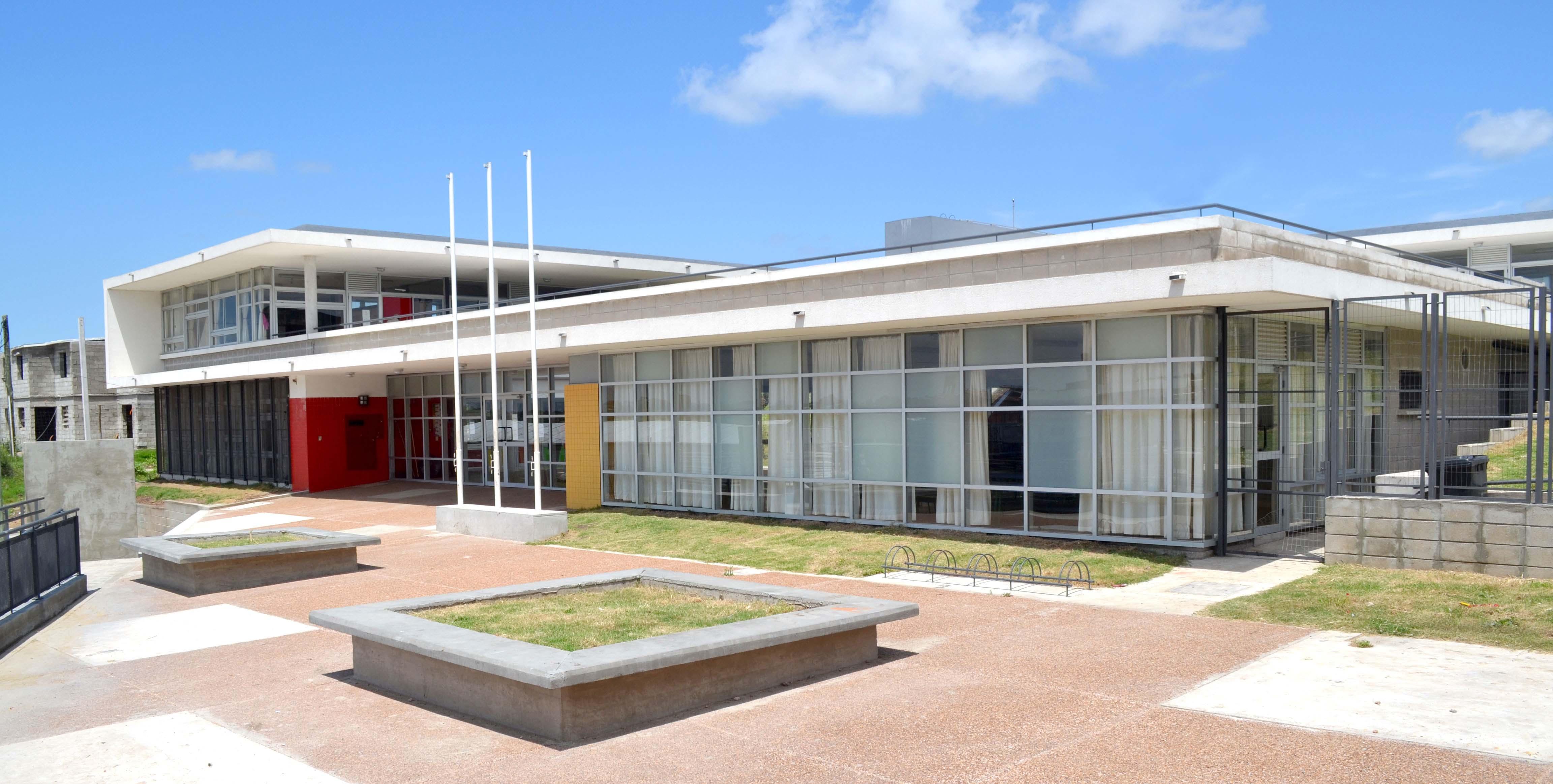 Escuela de Tiempo Completo Nº384 en Barrio Sarandí Nuevo / Arq. Barrán