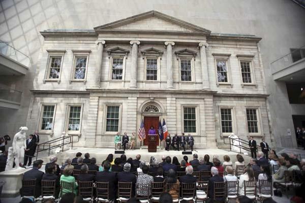 Michelle Obama inauguró las nuevas salas de arte norteamericano en el Museo Metropolitano de Nueva York Foto:AP