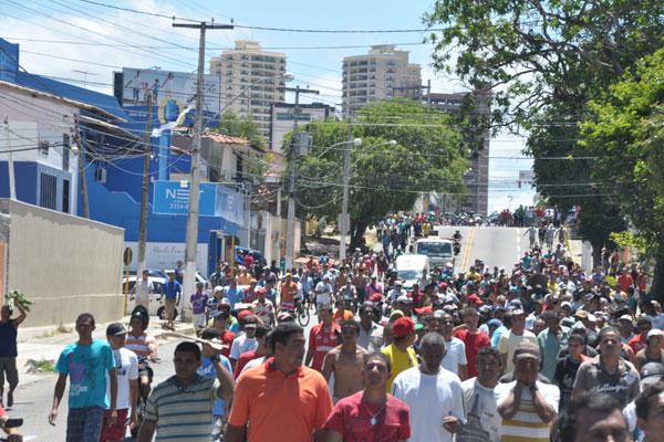 Funcionários da construção civil realizaram mobilização pelas avenidas Jaguarari e Capitão Mor Gouveia