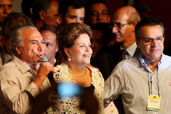 Vice-presidente da República, Michel Temer, discursa ao lado da presidenta Dilma Rousseff e do presidente da Câmara, Henrique Alves