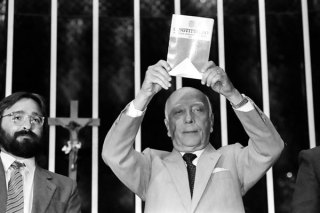 Ulysses Guimarães, o 'Senhor Diretas', comemora a promulgação da nova Constituição, um marco da democracia brasileira