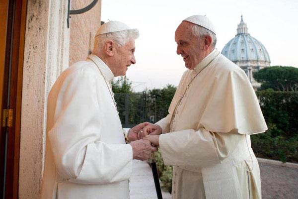 Bento 16 recebe Francisco no monastério onde está enclausurado para a celebração do Natal