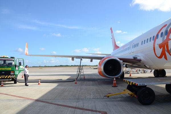 Aeronave sendo abastecida no aeroporto do RN: Redução do imposto sobre o querosene da aviação é um pedido antigo do setor