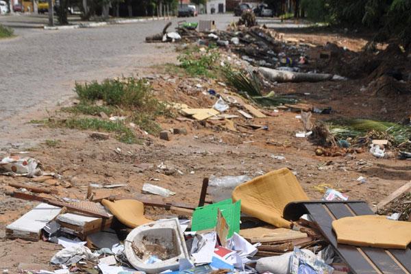 Avenida Abreu Lima, no bairro Pitimbu: local crônico de acumulação de entulhos. Se vê garrafas plásticas e de vidro, restos de móveis, pneus e até carcaça de aparelho de televisão