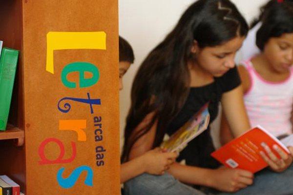 A pequena Isabel de Souza, moradora da zona rural de Pedro Avelino, já se habituou à leitura