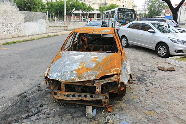 Carro incendiado está abandonado na avenida Duque de Caxias