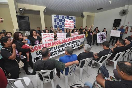 Mulheres de praças e as pensionistas da PM protestaram pelos atrasos e cobraram salários em dia