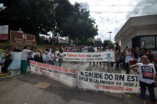 Servidores se concentraram em frente ao Hospital Walfredo Gurgel para protesto