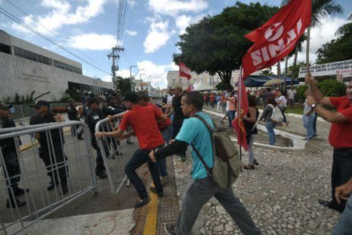 Manifestantes retiram grades colocadas ao redor da ALRN