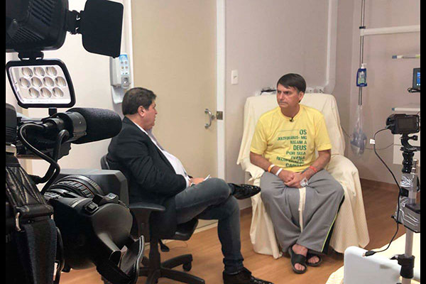 Jair Bolsonaro concede entrevista, no Hospital Israelita Albert Einstein, ao apresentador José Luís Datena