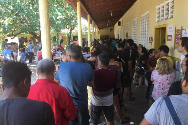Demora na votação causou filas na Escola Estadual Berilo Wanderley, no Conjunto Pirangi