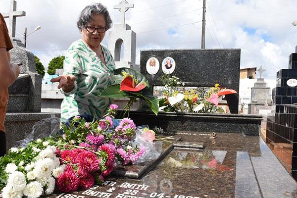Dona Dalvani Smith foi cedo para visitar túmulo onde está a filha e o marido