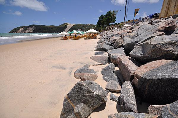 Enrocamento na praia de Ponta Negra é uma obra polêmica. Barraqueiros e banhistas reclamam que pedras abrigam ratos