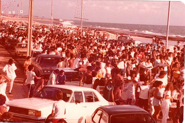 Percurso da Bandagália arrastava multidão a pé ou de carro por ruas da Ribeira e Petrópolis, passando por todo tipo de bar até chegar na praia ao raiar do dia