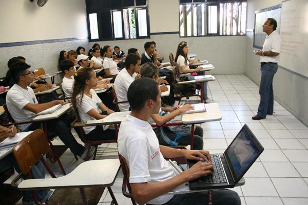 Gessé José de Araújo perdeu a visão mas assiste as aulas na escola Padre Miguelinho com a ajuda de um notebook com recursos de som