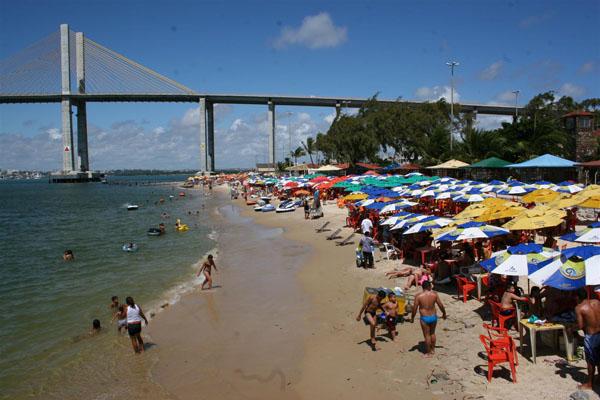 Apesar dos problemas de estrutura, a praia da Redinha continua recebendo um grande número de pessoas