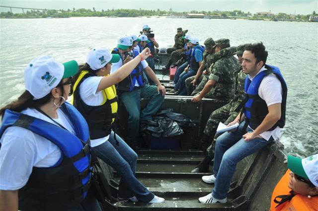 Embarcações levam voluntários a cinco pontos do estuário do rio Pontengi para recolher lixo