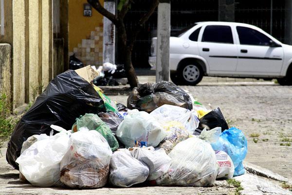 Ontem, em Neópolis, o lixo doméstico se acumulava em praticamente todas as ruas do bairro