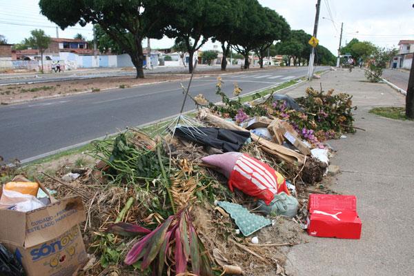 Urbana diminuiu recursos para recolhimento de podas e entulhos, e lixo se espalha pela cidade