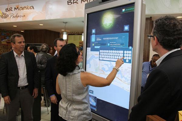 Clientes cadastrados usam quiosque interativo na loja do posto