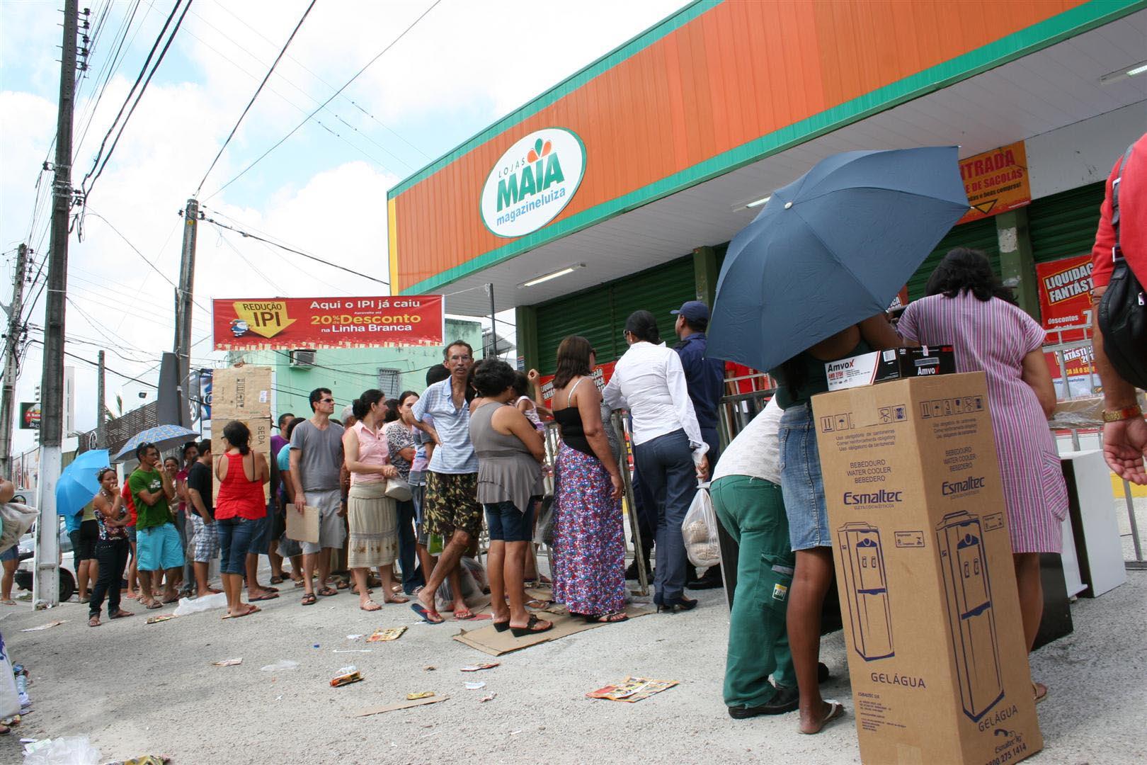 População forma filas para aproveitar liquidações