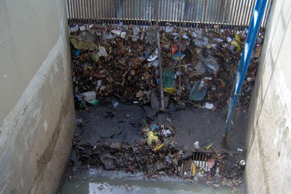 Sacolas plásticas estão entre os itens que mais congestionam a rede de esgotos