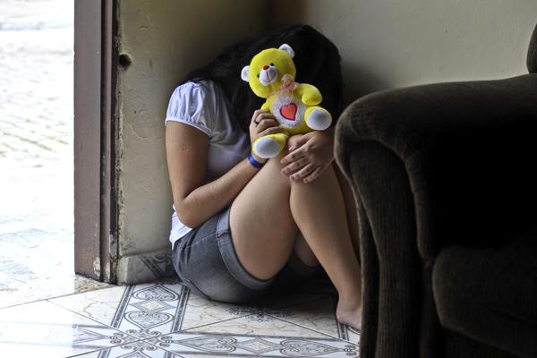 Especialistas alertam que os pais precisam estar atentos às reações e comportamento das crianças